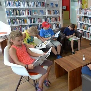 Kinder in der Bibliothek des Alpinen Museums; Foto: DAV/Helmut Walter