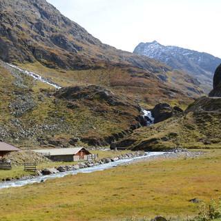 Der Fischbach im Sulzbachtal auf Höhe der Oberen Sulztalalm. Im Bereich des Felsriegels würde das Wasser abgeleitet werden. (Foto: DAV/F. Kaiser)