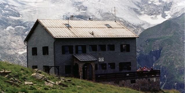Auch 1970 entstanden Hüttenbauten ganz in den alten Traditionen. Neue Thüringer Hütte, 1971-1973 errichtet. Archiv des DAV, München