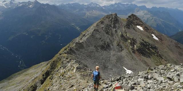 Lange Abstiege auf dem Weg ins Ötztal. Foto: Stefan Herbke