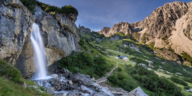 Die Muttekopfhütte überrascht mit ihrer idyllischen Lage und Blick auf die Platteinspitze.