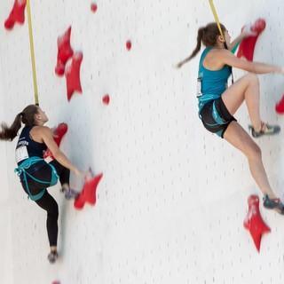 Frederike Fell (links) gegen Johanna Holfeld (rechts) in Augsburg. Foto: DAV/Jens Klatt