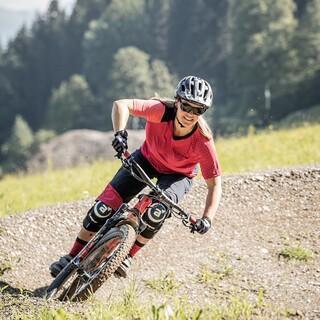 Mountainbikerin auf schwierigem Trail, Foto: Mirja Geh