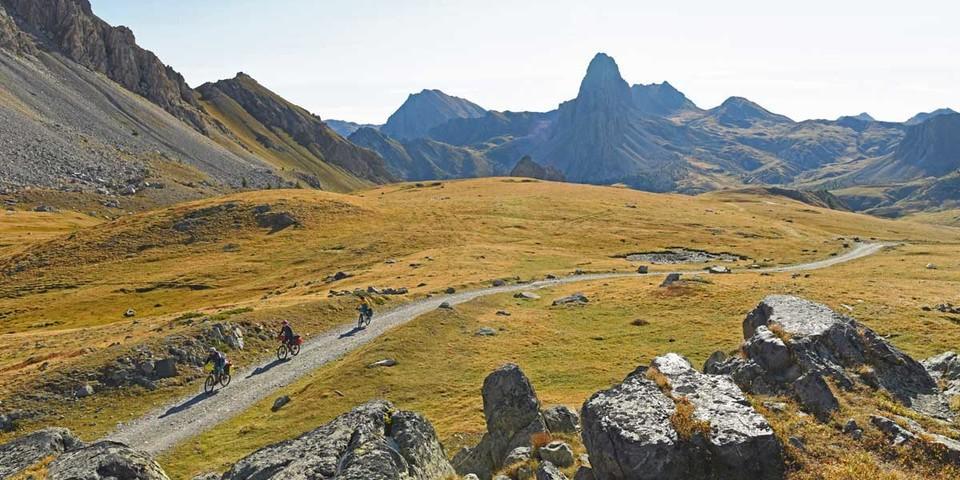 Die Maira-Stura-Kammstraße führt durch die Dolomiten von Cuneo. Foto: Throsten Brönner