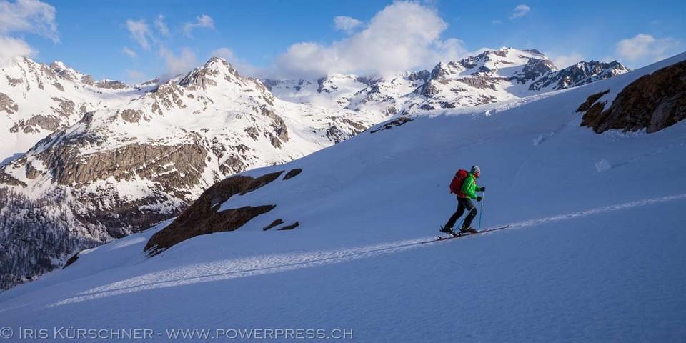 Aufstieg zum Monte Cobernas (2578 m), einem der Skigipfel im Gebiet zwischen Crampiolo und Alpe Devero. Foto: Powerpress.ch