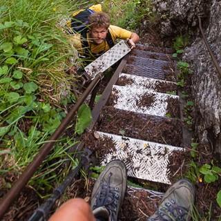 """Wasserfallweg - Auf dem historischen """"Wasserfallweg"""" überwindet man die Steilstufe in den Talboden des Ennsdurchbruchs. Foto: Iris Kürschner"""