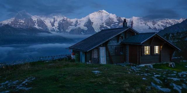 Kann eine Berghütte besser liegen als die Lobhornhütte vor Eiger, Mönch und Jungfrau? Foto: Bernd Jung