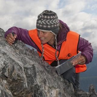 Sonja Wipf untersucht die Vegetation auf dem Piz Murter (2836 m). Foto: Schweizerischer Nationalpark/Hans Lozza