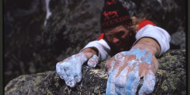 John Harlin III. klettert mit blauem Baugewerbekalk im Estes Park, Colorado. Foto: Reinhard Karl, 1979