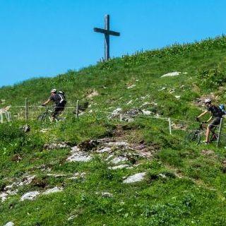 Mountainbiker*innen auf dem Weg zum nächsten Gipfel. Foto: Archiv Jubi