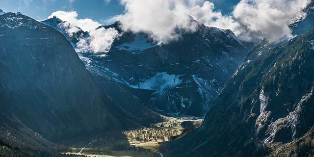 Düstere Nordwand-Stimmung über der Eng&#x3B; solche Blicke bieten die nördlichen Vorberge. Foto: Heinz Zak