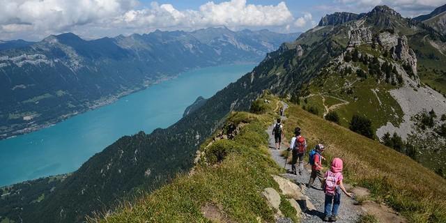 Gemütlicher Aufbruch an der Schynigen Platte&#x3B; einige der Berner Gratwanderungen sind sogar kindertauglich. Foto: Bernd Jung