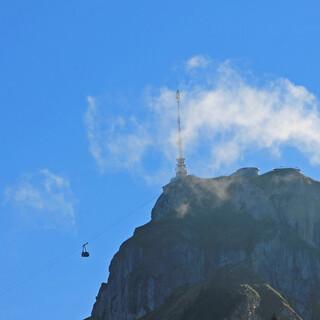 Während von Brülisau aus bereits die erste Gondel zum Hohen Kasten schwebt, umspielen noch die letzten dünnen Nebelschwaden aus dem Rheintal den Gipfel. Foto: Silvia Schmid