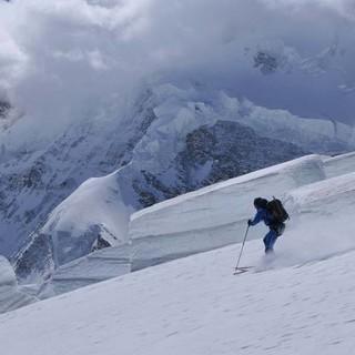 Die Wolken wollen nur spielen … um den Gipfel der Dent d'Hérens. Foto: Stefan Herbke
