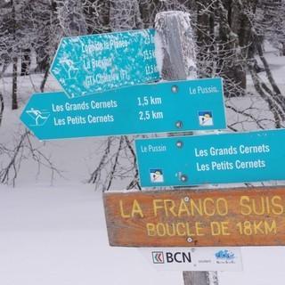 """Schilder auf der """"Franco-Suisse""""-Loipe - Immer wieder hilft eine gute Beschilderung für den nötigen Durchblick und bei der Orientierung."""