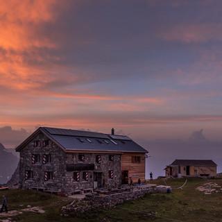 Spektakuläres Lichtspiel über der Claridenhütte – unsicheres Wetter freut den Fotografen. Foto: Ralf Gantzhorn