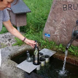 """Am """"Mähder-Brunnen"""" in Schwarzenberg gibt es Weißwein zu verkosten, das """"Gläsle"""" für einen Euro.  Foto: Joachim Chwaszcza"""