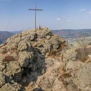 So schön könnte Kletten in Nordrhein-Westfalen sein: Gipfelpanorama an den Bruchhauser Steinen, Foto: Mathias Weck