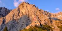 So viel steiler Fels: Die Dachstein-Südwandhütte duckt sich drunter weg. Foto: Iris Kürschner