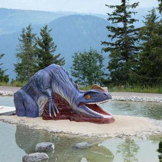 Erlebniswelten statt alpine Natur - Auf der Steinplatte (Waidring, Tirol) begrüßen Plastikdinosaurier und eine künstliche Erlebniswelt die Besucher (Foto: DAV Alpines Museum, F. Kaiser)&nbsp&#x3B;