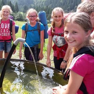 Kinder an einem Brunnen. Foto: Sonja Sattelberger.