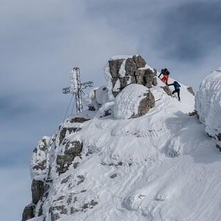 Gerlinde Kaltenbrunner und Manfred Jericha beim Aufstieg zum Gipfelkreuz. Foto: ServusTV/Heli Putz