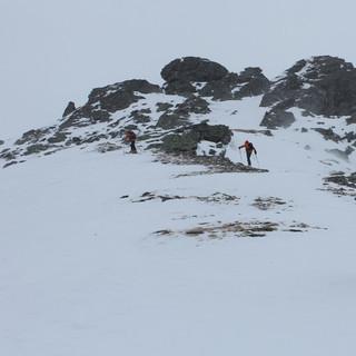 Wegen der starken Winde sind viele Rücken trotz des Neuschnees abgeweht (Foto Pröttel).