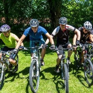 Alle Mountainbiker*innen startklar in einer Reihe. Foto: Felix Meßerer