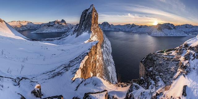 Februar: Panoramablick vom Hesten auf die Segla, einen 639 Meter hohen Felsobelisk oberhalb des Mefjords auf der Insel Senja in Norwegen, Foto: Jörg Bodenbender