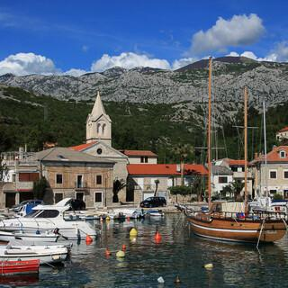 Jablanac, reizvoll am Meer gelegen, wird überragt von den Bergen um Alan. Foto: Silvia Schmid