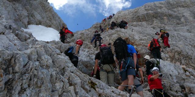 Der erste Klettersteig überhaupt führte 1843 auf den Hohen Dachstein, und noch heute ist das Gebiet ein Hotspot für Ferratisten – mit Konsequenzen wie hier am Randkluftsteig. Foto: Andreas Jentzsch