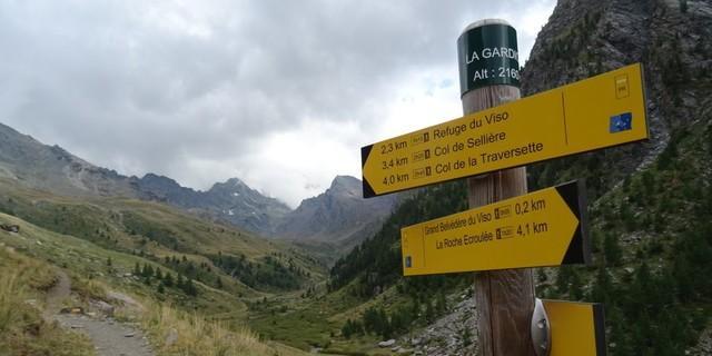 """Tag 9: Am Ende des Fahrwegs bei La Gardiole (2160 m) wartet der """"Belvédère du Viso"""": Zur schönen Aussicht auf den Cottischen Kaiser gesellt sich die Gewissheit einer dreistündigen Schiebe- und Tragestrecke zu zwei Pässen jenseits der 2800-Meter-Marke."""