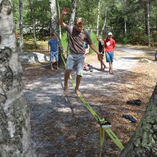 Slacklinen im Wald. Foto: Renate Hubel