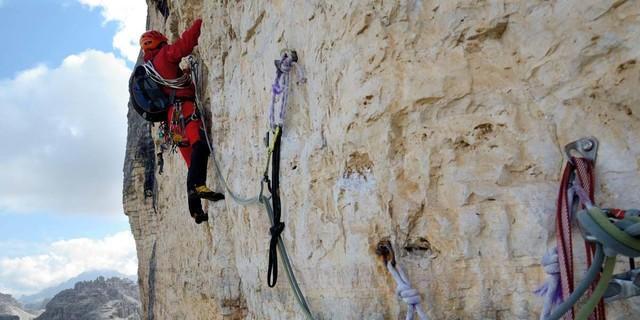 """Dolomiten wie sie sind: mürber Fels und alte Haken im Schlüsselquergang der """"Cassin"""" an der Westlichen. Foto: Ralf Gantzhorn"""