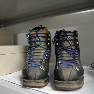 Bergschuhe mit schicken, neuen Schuhbändern in Blau. Foto: Anton Böhm