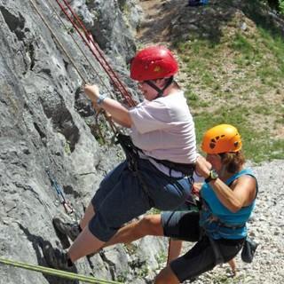 Behutsam setzt sich eine Teilnehmerin ins Seil. Foto: Archiv Jubi