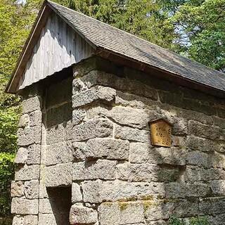 Bärenfang am Fuß des 877 Meter hohen Großen Waldsteins im Nördlichen Fichtelgebirge. In das spätmittelalterliche Steingebäude wurden Bären gelockt. Foto: Christof Herrmann