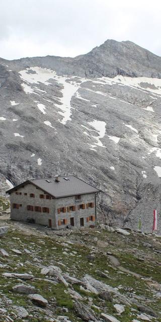 Direkt an einer Schlucht liegt die Hütte auf 2715m, Foto: Andreas Hernegger