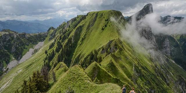 Auch wenn das Gras noch grün ist, prägt sich der ausgesetzte Nüschlete-Grat markant ins Gedächtnis. Foto: Bernd Jung