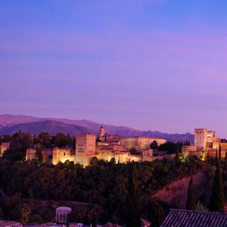 Blaue Stunde: Über Granada ist schon das Massiv des Veleta zu erkennen. Foto: Josef Schlegel