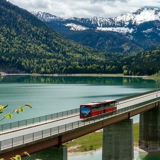 Der Bergsteigerbus am Sylvensteinspeicher auf dem Weg in die Eng. Foto: DAV/Tobias Hipp