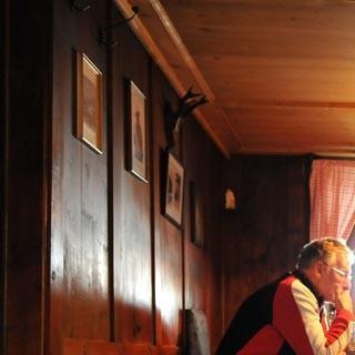 Stube des Ramolhauses - Cool bleiben! Wer sich beim Spiel zu sehr aufregt, kommt auf dem Ramolhaus (3006 m) leicht aus der Puste.