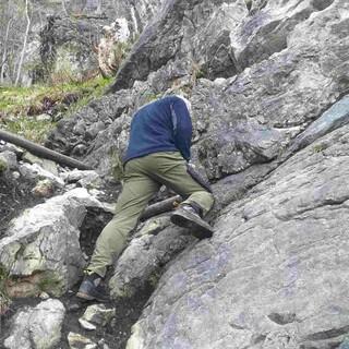 Kletterer bei Pflegemaßnahmen am Wandfuß Klettergarten Weihar, Foto: Archiv Jubi Hindelang