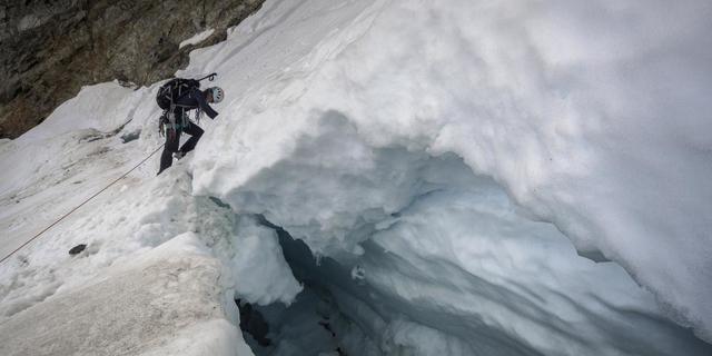 Wie man mit fiesen Bergschründen fertig wird konnten die Teilnehmer am Plangerosferner üben. Foto: DAV / Silvan Metz