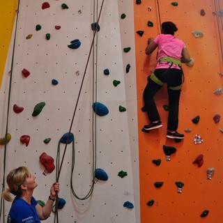 Im Toprope hoch hinaus geht es im DAV-Kletterzentrum Fulda, Foto: DAV-Sektion Fulda