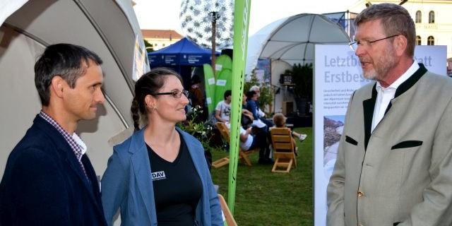 Dr. Marcel Huber mit Julia Mrazek und Steffen Reich vom DAV-Ressort Naturschutz und Kartografie (Foto: DAV)