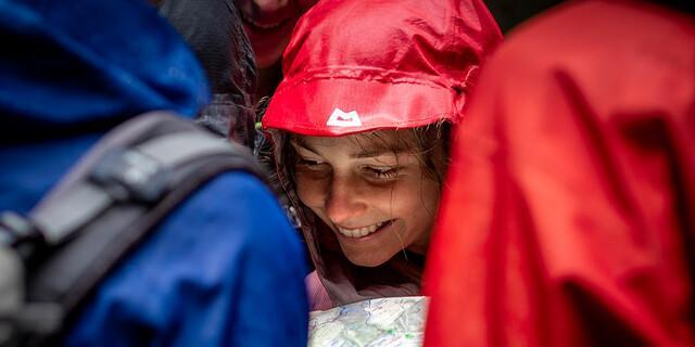 auch im Regen ist es schön, Orientierung mit der Karte, Foto: JDAV/Silvan Metz