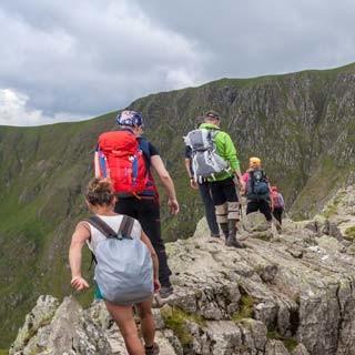 Luftiges Wandern - Unterwegs auf der Striding Edge zum Helvellyn (950 m), dem zweithöchsten Bergmassiv Englands, rechts verläuft die Swirral Edge über dem Red Tarn (718 m).