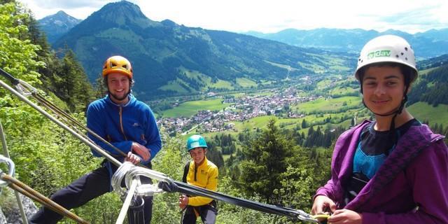 Schüler mit Trainer im Klettergarten Weihar oberhalb von Bad Hindelang; Foto: Lena Behrendes