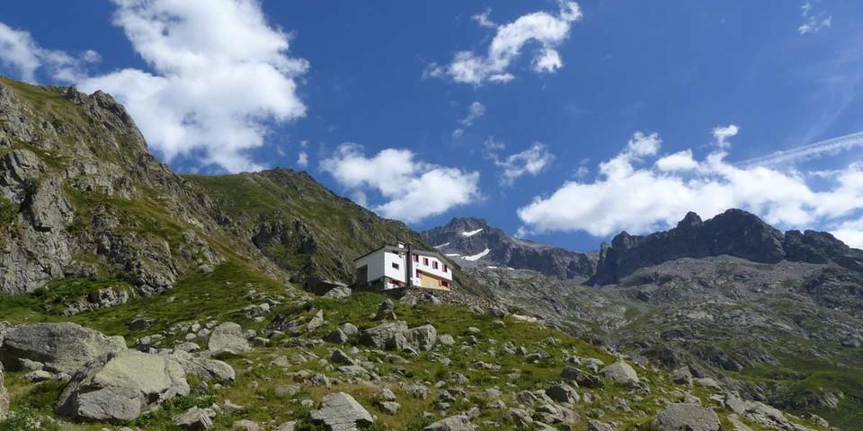 Im Abstieg vom Rifugio Soria Ellena, rechts, weit oben der Monte Gelàs. Foto: Joachim Chwaszcza